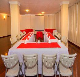 El salón cuenta con un espacio cómodo y ajustable de acuerdo a las necesidades de cada evento ya sea de negocios o familiar.