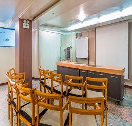 Ideal para capacitaciones, almuerzos de trabajo, reuniones de staff y más, todo en un ambiente ejecutivo y privado.